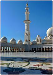 AbuDhabi : al mattino la luce del sole accarezza la moskea sul minareto di  sinistra
