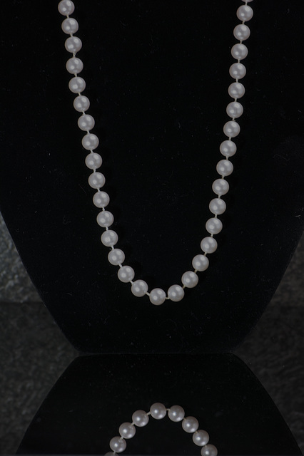 pearlshangingblack