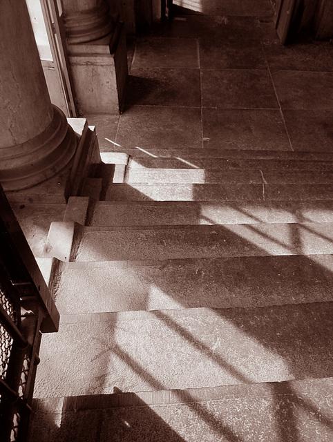 En bas des marches....