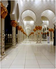 AbuDhabi : il colonnato esterno della moskea Zayed