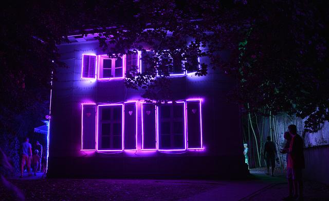 Lichtinstallation am Gartenhaus im Theaterpark