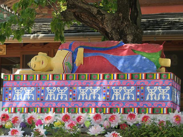 Un Bouddha couché (aux longs cils) à Tongdosa (Corée du Sud)