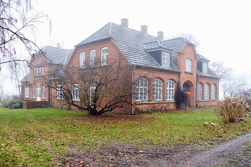 Falsterhus im Nebel // -haus-02448-co-04-02-17