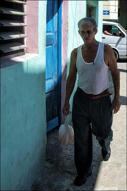 Homme au sac plastique.