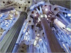 Barcellona: Le possenti colonne che reggono la Sagrada Familia - la costruzione di questa cattedrale è iniziata nel 1875 , oggi è quasi terminata - nel 2010 è stata consacrata come Basilica - Antoni Gaudi è morto nel 1925 - vds Wikipedia