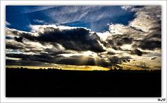 Les nuages au couchant font faire arrosoir au soleil...