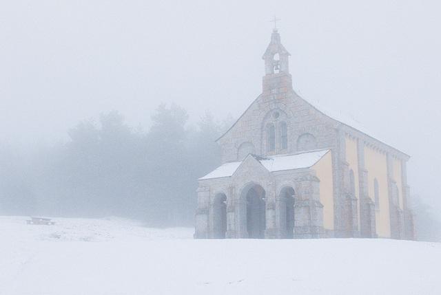 Chapelle dans la brume en Margeride.