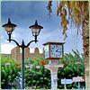 Hammamet : lampioni,  alberi, orologio nel centro città