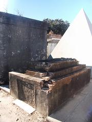 Pyramide funéraire et décrépitude