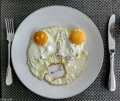 Oh no, please don't - Oh nein, bitte nicht ;-) - Two eggs, screaming side up!