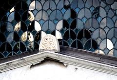 Das Fenster der Friedhofskapelle