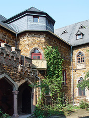 Burg Lahneck, Burghof