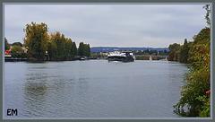 Péniche au loin sur les bords de Seine