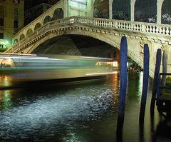 Vaporetto unter dem Ponte Rialto
