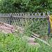 Zaun mit gelber Kordel