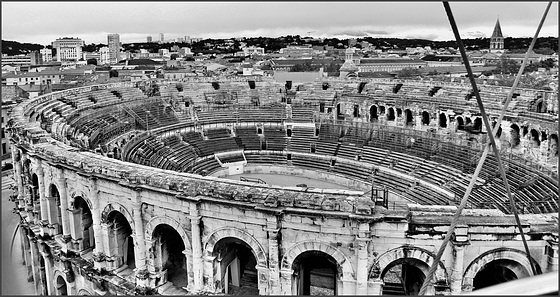 Nîmes (30) 20 novembre 2013. Les arènes vues depuis la grande roue.