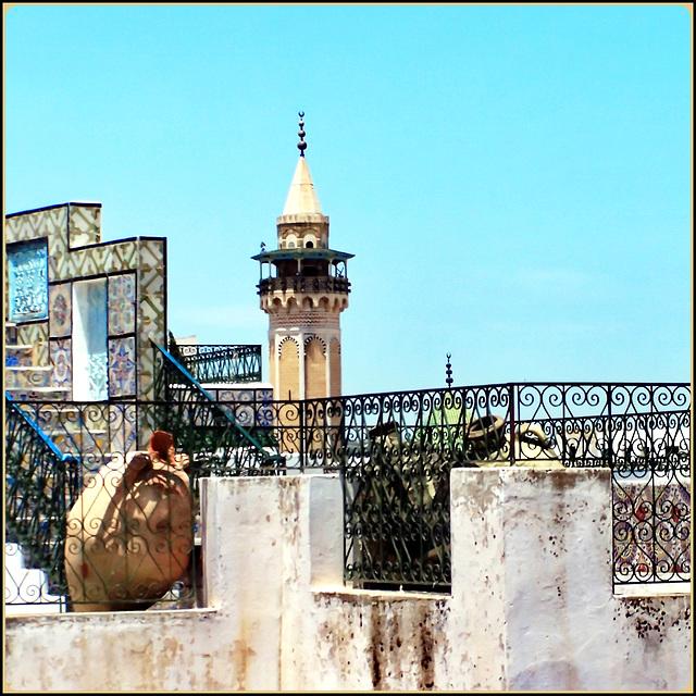 Tunisi : Sui tetti della Medina e il minareto della Moskea