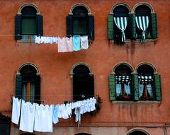 Wäsche am roten Haus