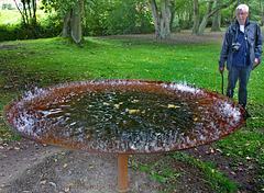 Der Solist an der Klangschale oder: Volker dressiert das Wasser.