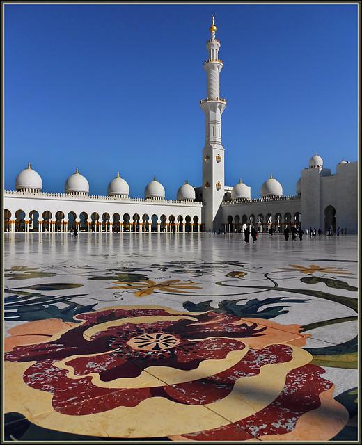 Abu Dhabi : il grande mosaico di marmo nel piazzale della moskea Zayed