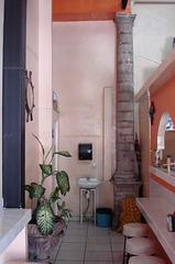 Colonne ancienne et petit  lavabo