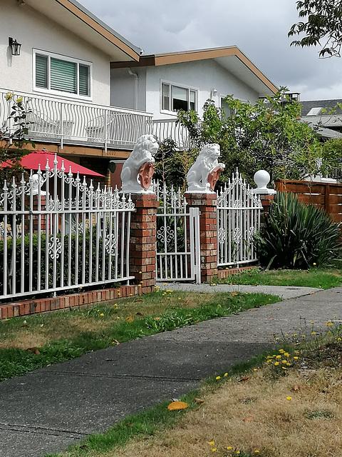 Der Zaun mit Löwen