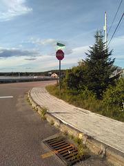 Arrêt visuel sur trottoir de bois / Stop and at this wooden sidewalk