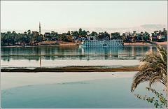 LUXOR : il Nilo e una delle tante navi che portano turisti nella crociera sul fiume