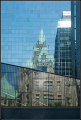 Confederation Building im Spiegel
