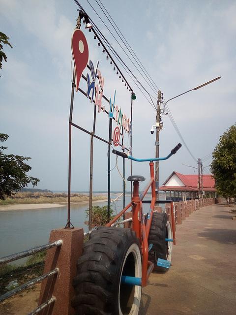 Mekong river's gigantic bike / Vélo géant sur le Mékong
