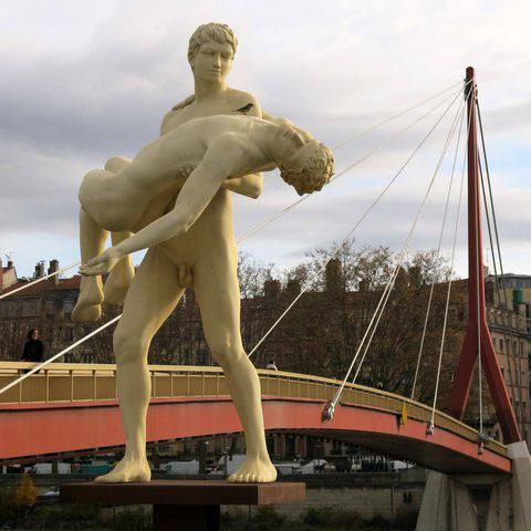 """Près de la passerelle du Palais de Justice, la statue """"The weight of One Self"""" (Lyon, Rhône)"""
