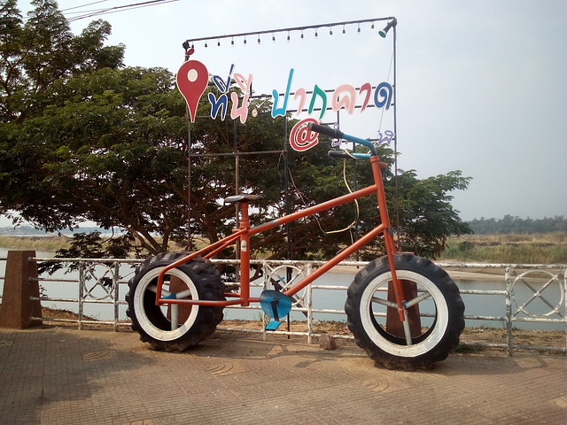 Mountain bike on above Mekong river / Vélo de montagne au-dessus du Mékong