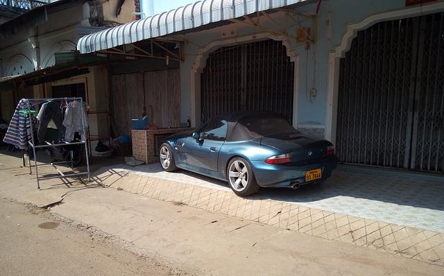 Eh oui !! Une BMW au Laos.....