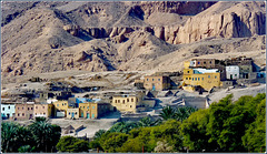 LUXOR : la montagna che custodisce le tombe dei Re e le case degli uomini che fanno risplendere l'antica civiltà qui ben nascosta e conservata