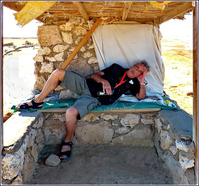 Sharm el Sheikh : Ras Mohammed - ore 14,30, dopo 5 ore di sole senza cibo né acqua...qualche minuto di relax nell' unico metro di ombra : una fatica ben ripagata dal luogo superlativo !