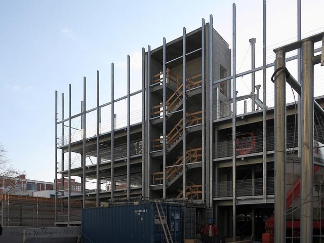 Treppenhaus mit werdendem Gebäude