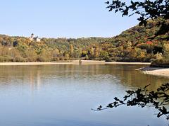 Siccieu-Saint-Julien-et-Carisieu (38) 15 octobre 2017. L'étang de Ry et le château de Saint-Julien.