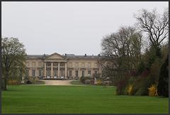 le palais imperial de compiegne vu de son parc ....