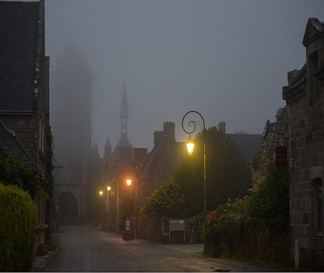 Locronan dans la brume