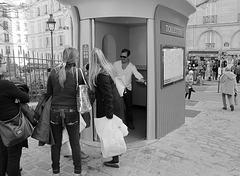 Paris - voulez vous venir avec moi aux toilettes, mes dames?-someone wants to enter with me, ladies?