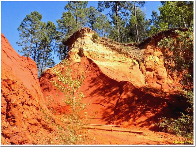 """Quelles couleurs ! OR ET SANG, les falaises du """"Sentier des Ocres"""""""