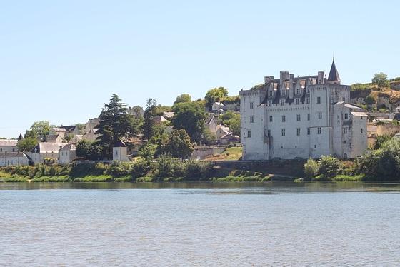Le château de Montsoreau depuis la rive droite de la Loire