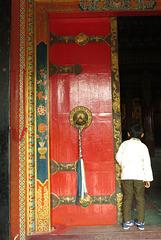 A l'entrée d'un temple bouddhiste (Bodnath = Boudhanath), Kathmandu (Népal)