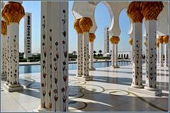 AboDhabi : il colonnato esterno tra luci ed ombre