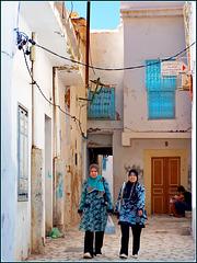 Kairouan : due ragazze tunisine sfoggiano i loro abiti fiorati nel centro storico
