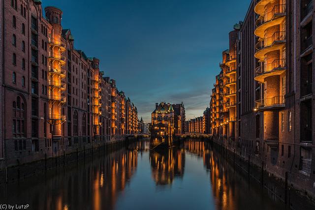 """Das Wasserschloss in der Speicherstadt - The """"Moated Castle"""" in Hamburg's """"Warehouse District"""" (255°)"""