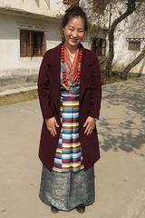 Tibétaine en habits de fête lors du Nouvel An Tibétain (à Bodnath = Boudhanath), Kathmandu (Népal)