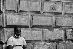 Paris - portrait d'un homme adossé à un mur, décoré par Space Invader?