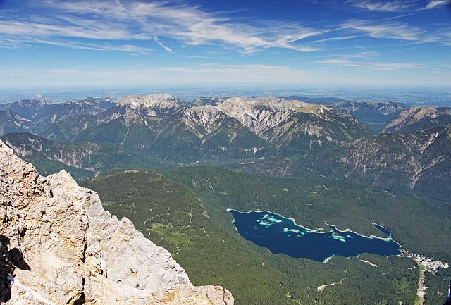 Blick von der Zugspitze (vorne re. der Eibsee)