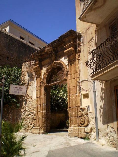L'Arco Antico.